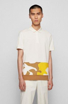 Polo en coton avec empiècement à imprimé camouflage, Blanc à motif