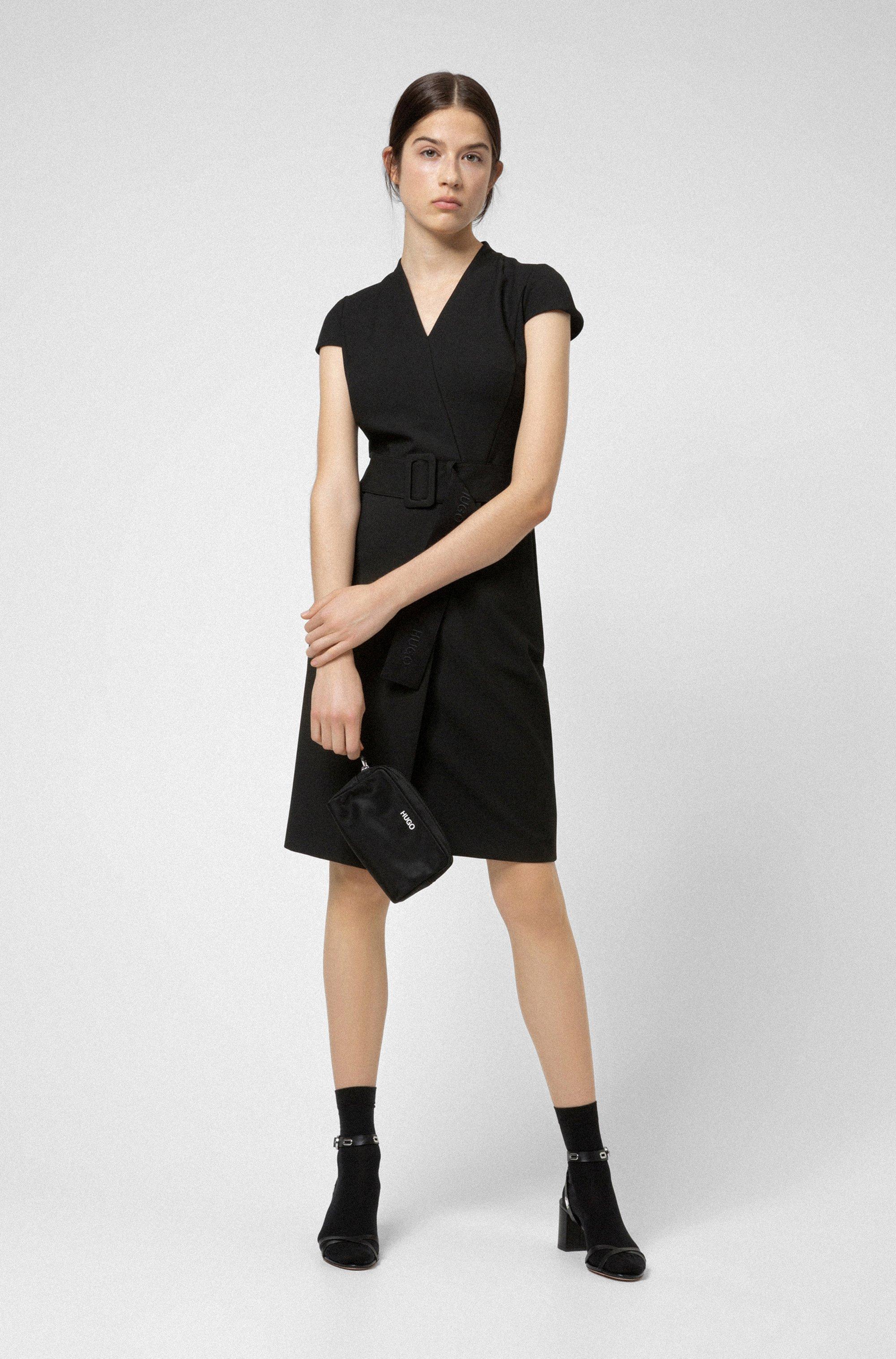 Kleid in Wickeloptik mit Flügelärmeln und Oversize-Gürtel