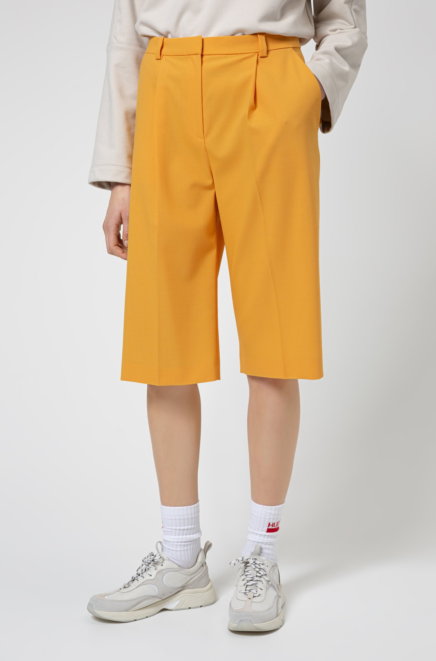 Relaxed-Fit Shorts aus Stretch-Gewebe mit ausgestelltem Bein, Gelb