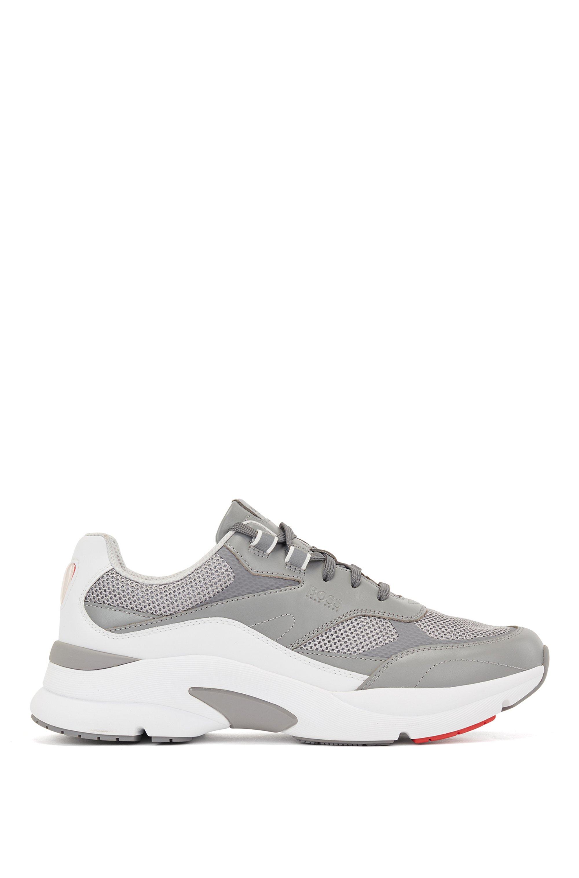 Sneakers stile running in pelle scamosciata e rete aperta, Grigio chiaro