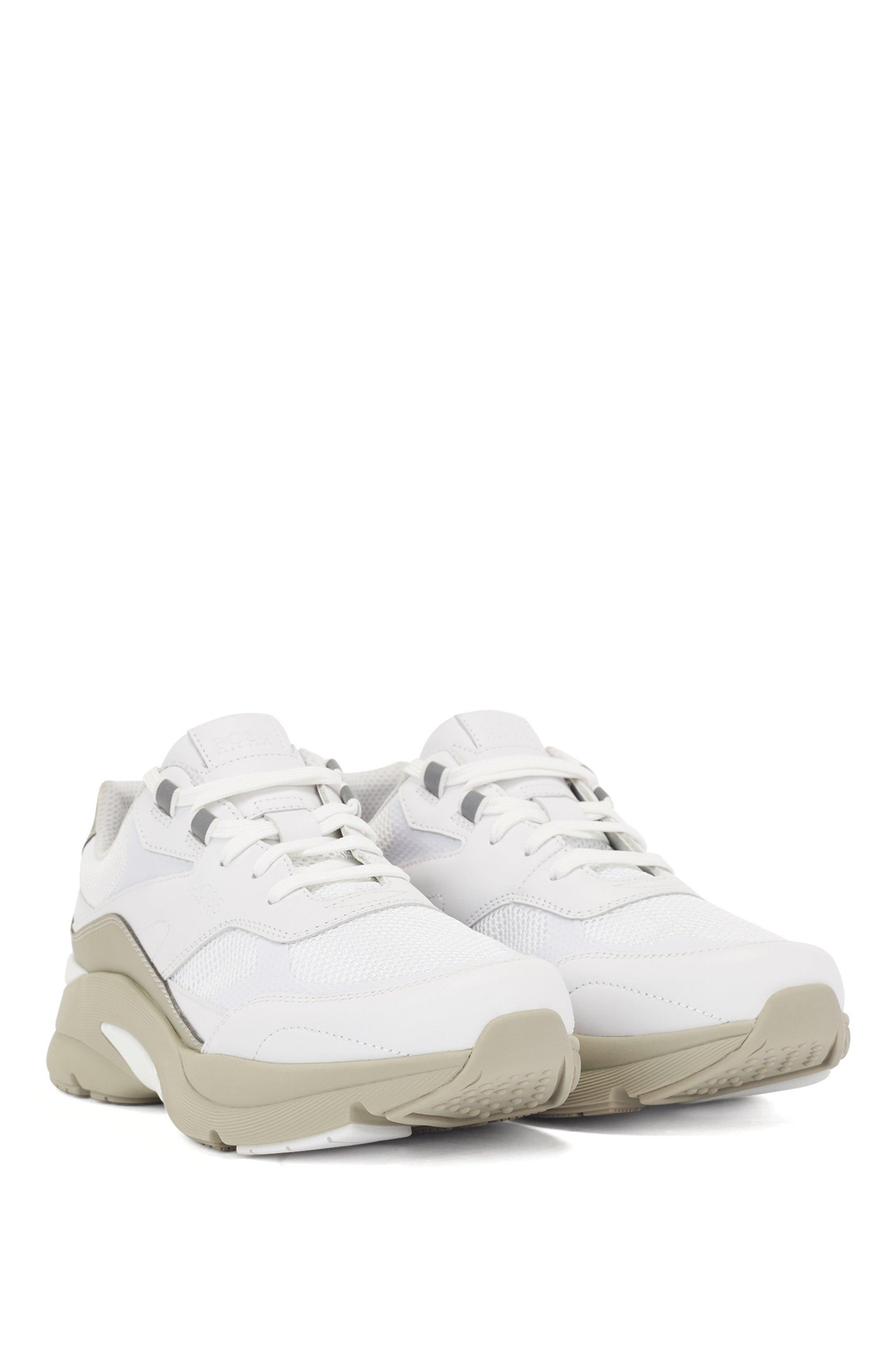 Sneakers stile running in pelle scamosciata e rete aperta