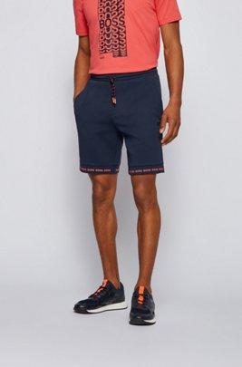 Short Regular Fit en jersey stretch avec bas des jambes à logo, Bleu foncé