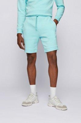 Short Regular Fit en jersey stretch avec bas des jambes à logo, bleu clair