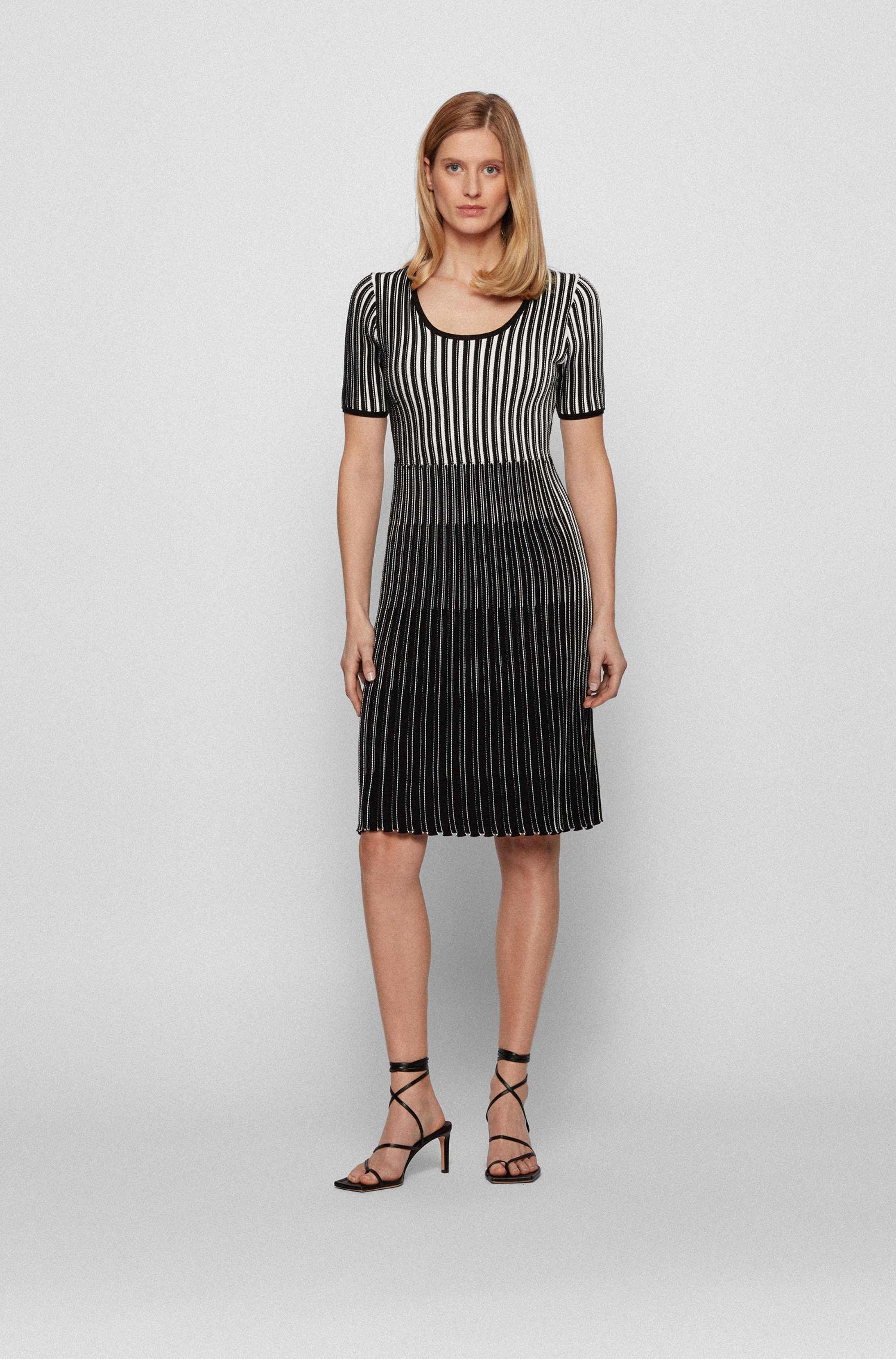 Short-sleeved knitted dress in mixed structures