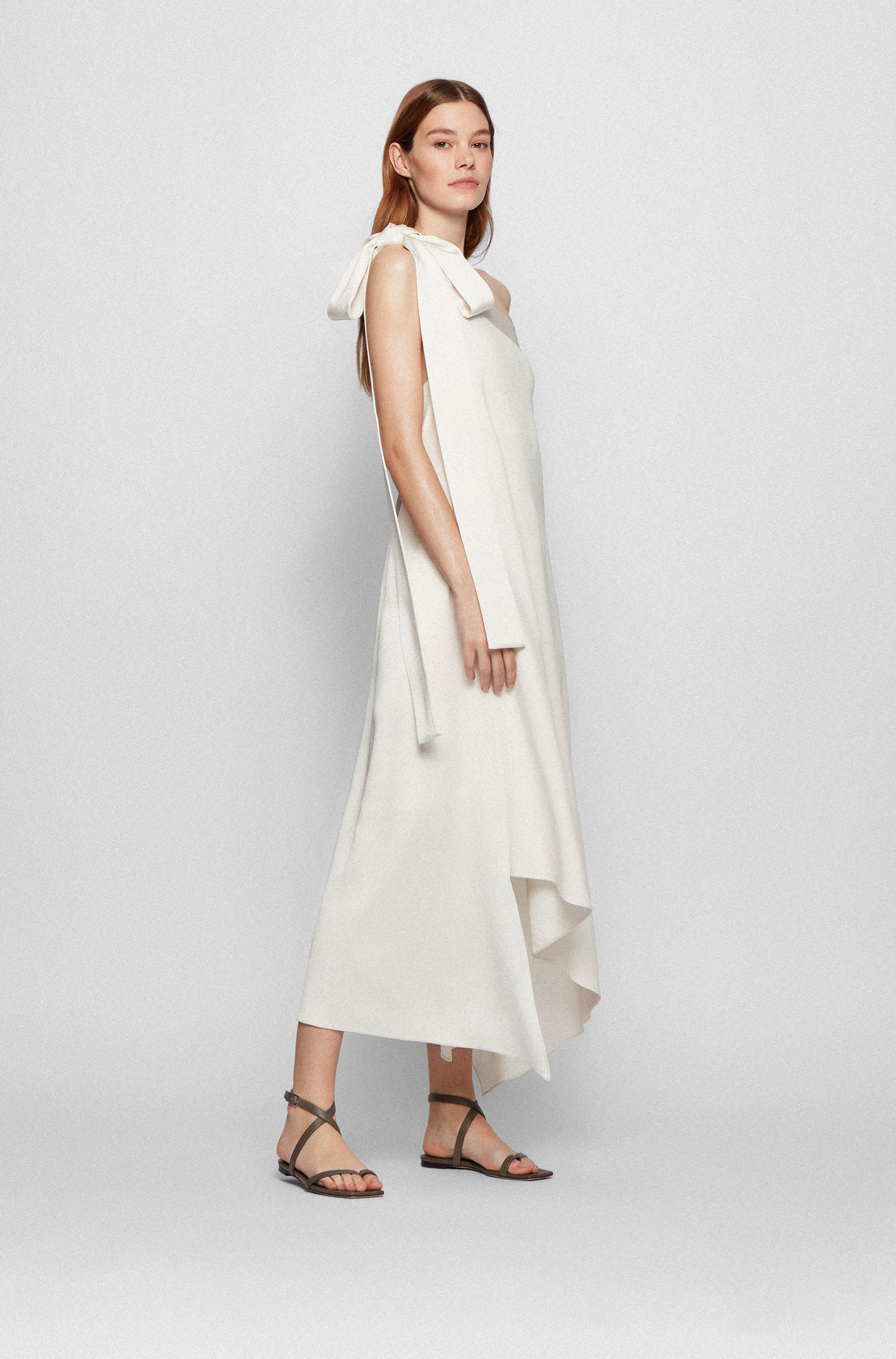 Robe longue en crêpe froissé avec épaules asymétriques et lien à nouer au dos