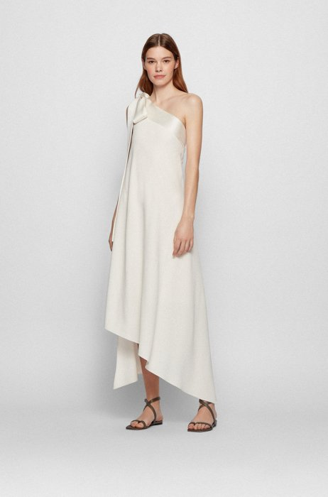 Robe longue en crêpe froissé avec épaules asymétriques et lien à nouer au dos, Blanc