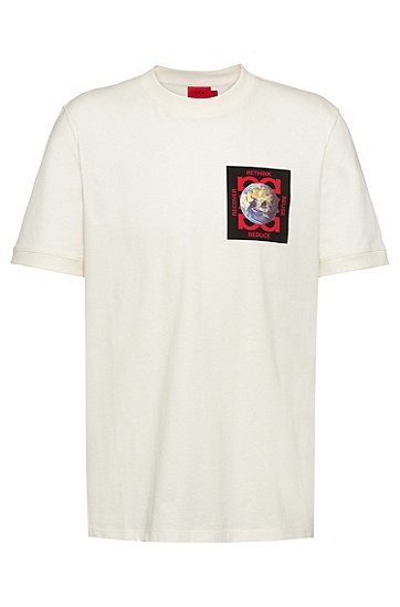 胸前饰有艺术图案的常规版型 Recot²® 棉质 T 恤,  107_Natural