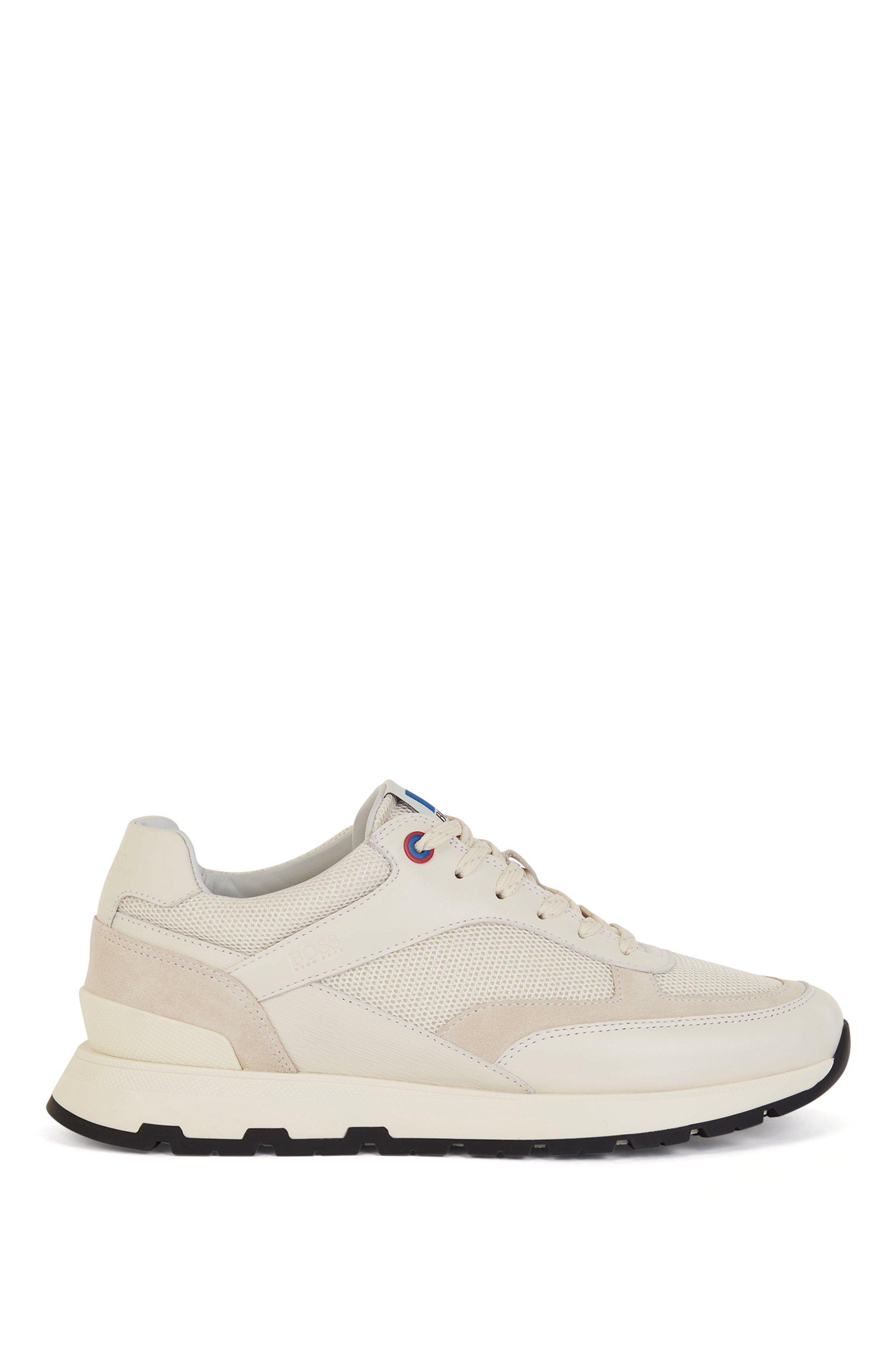 Sneakers im Laufschuh-Stil aus verschiedenen Materialien mit exklusivem Logo, Weiß