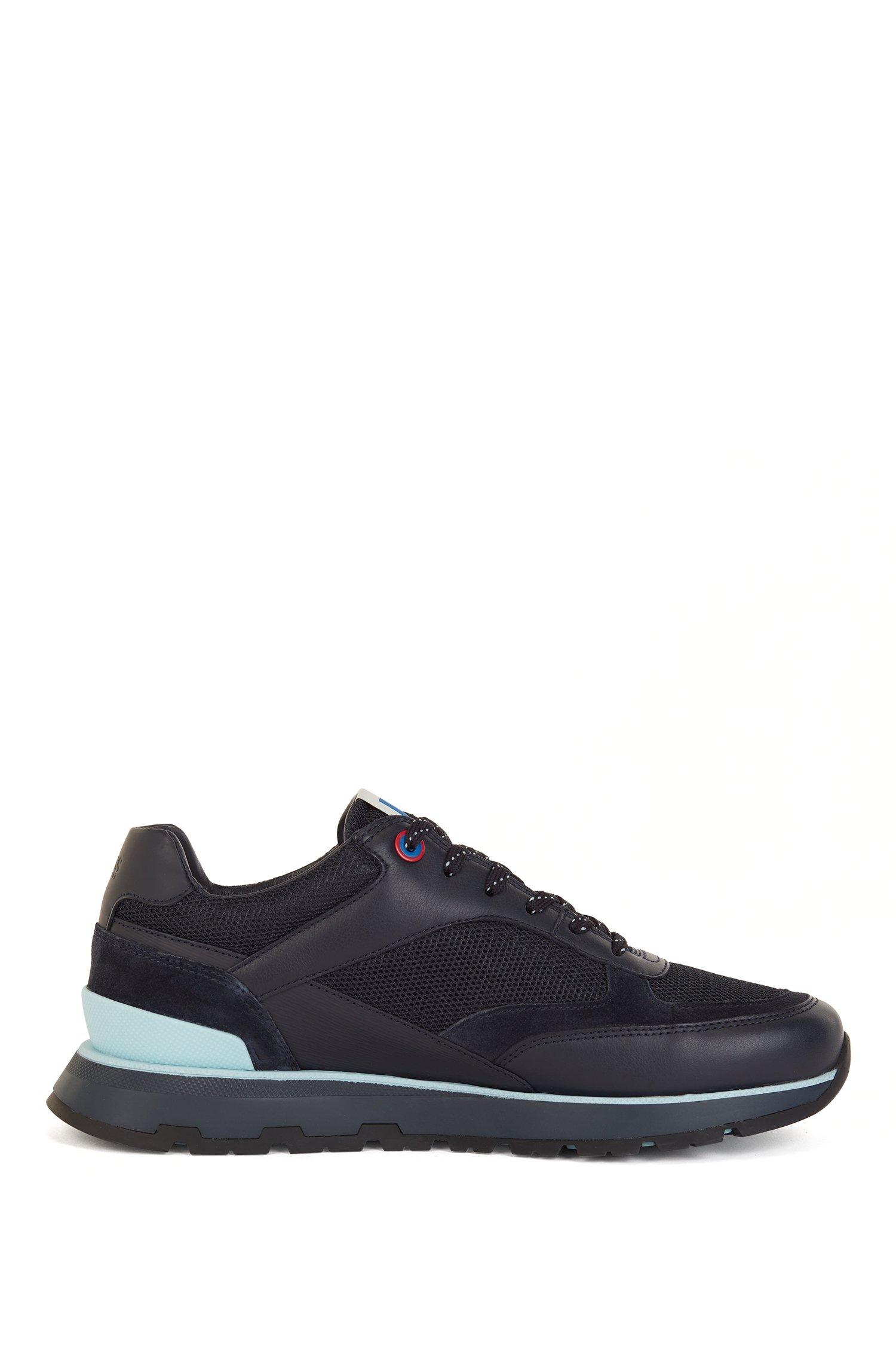 Sneakers im Laufschuh-Stil aus verschiedenen Materialien mit exklusivem Logo, Schwarz