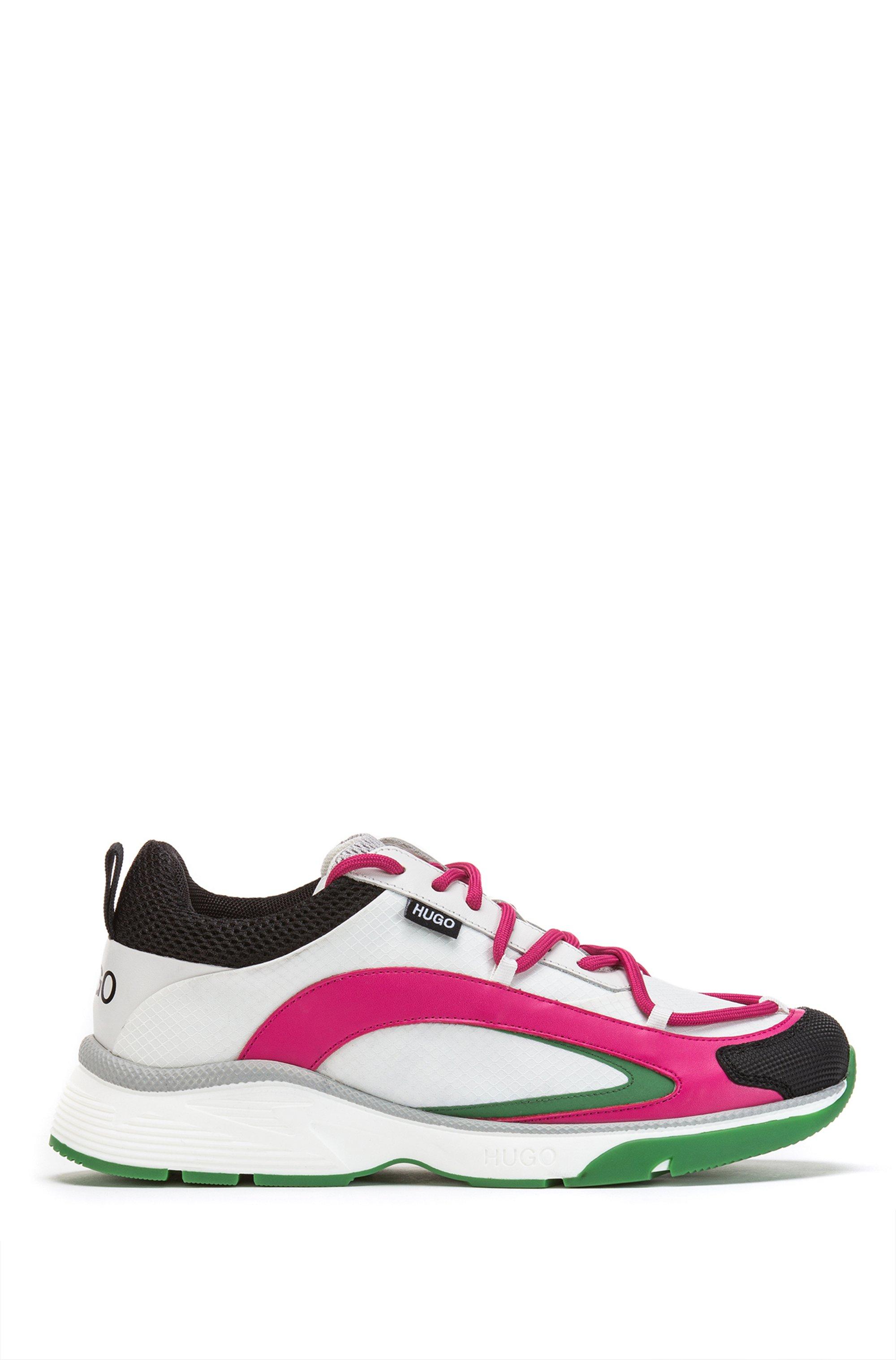 Farbenfrohe Sneakers im Laufschuh-Stil aus verschiedenen Materialien, Weiß