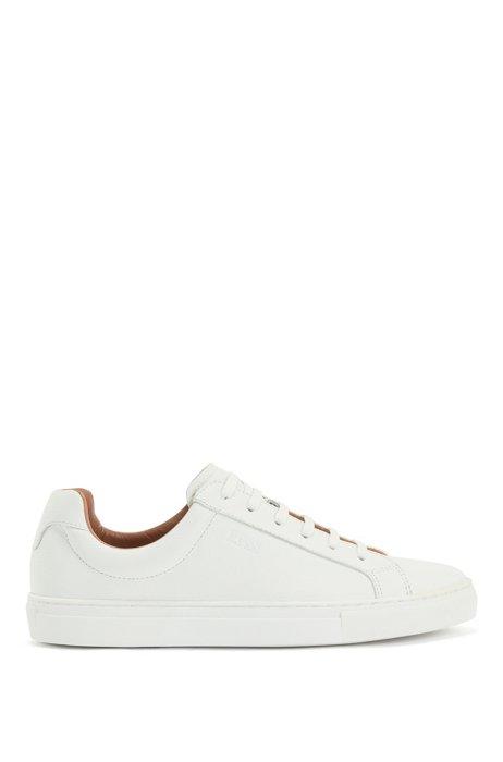 Lage sneakers van bewerkt leer met reliëflogo, Wit