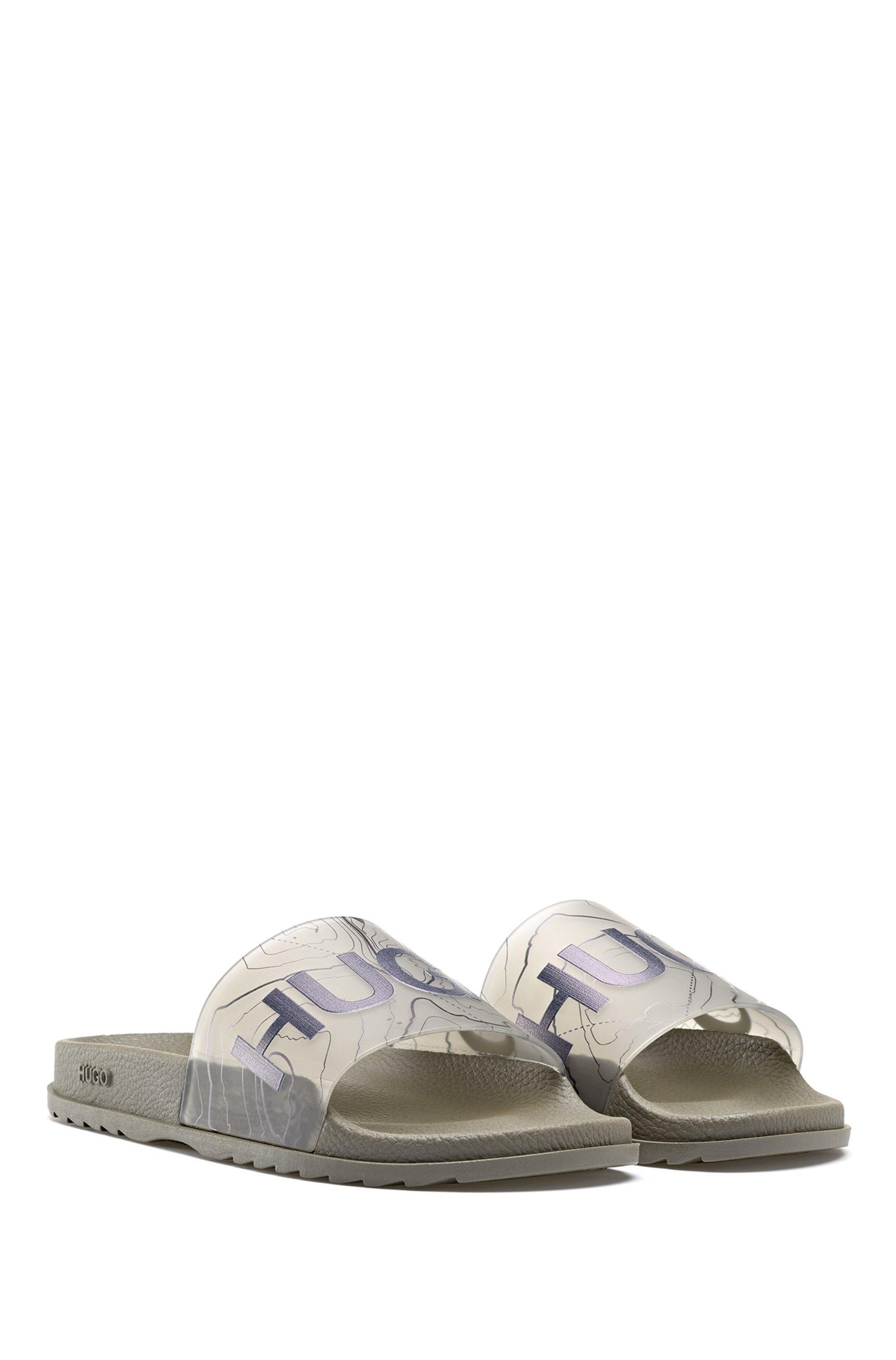 In Italië vervaardigde slippers met logo en topografisch artwork