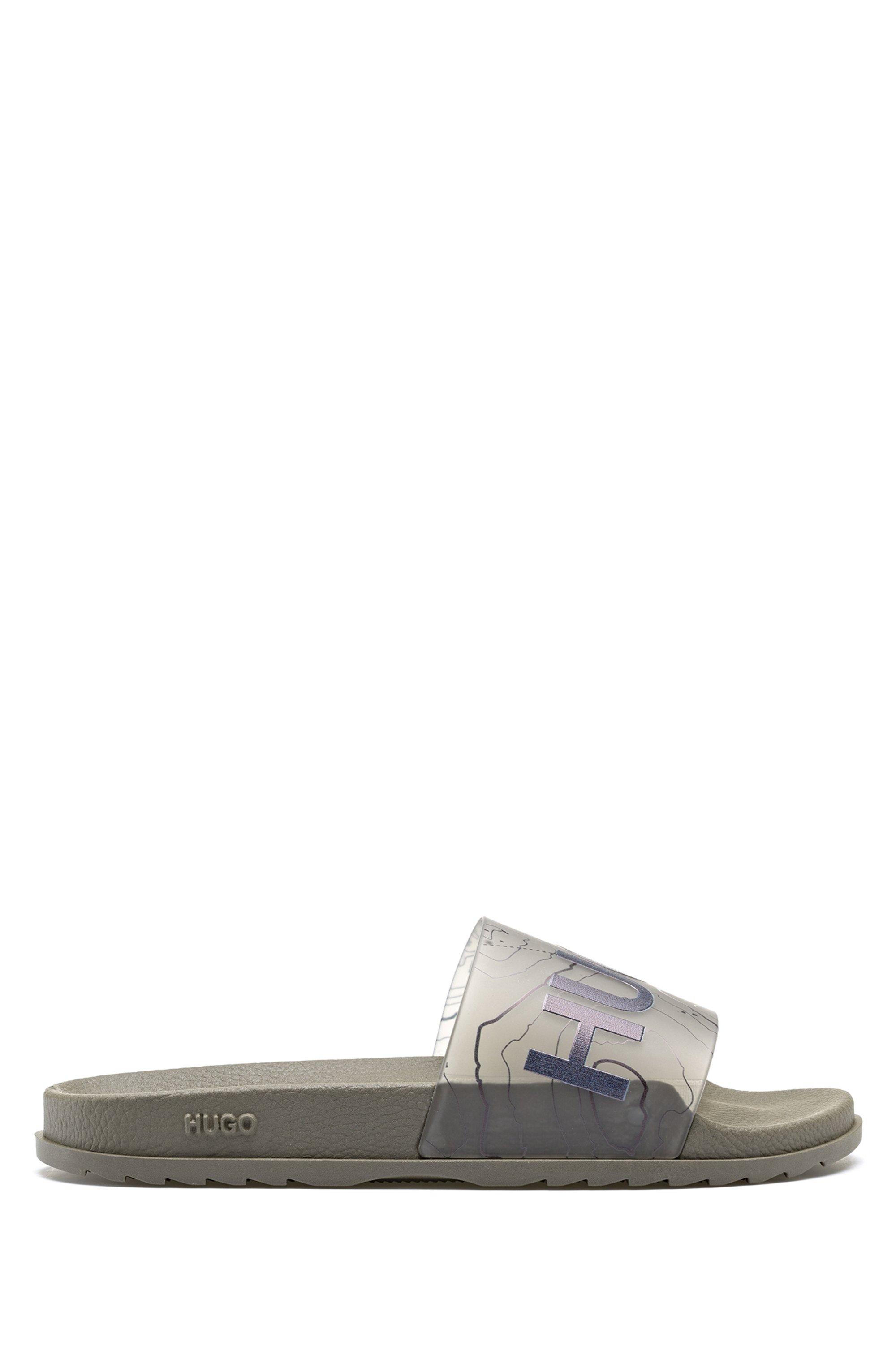 In Italië vervaardigde slippers met logo en topografisch artwork, Kaki