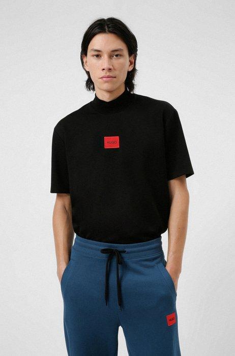 T-shirt van stretchkatoen met hoge hals en rood logolabel, Zwart