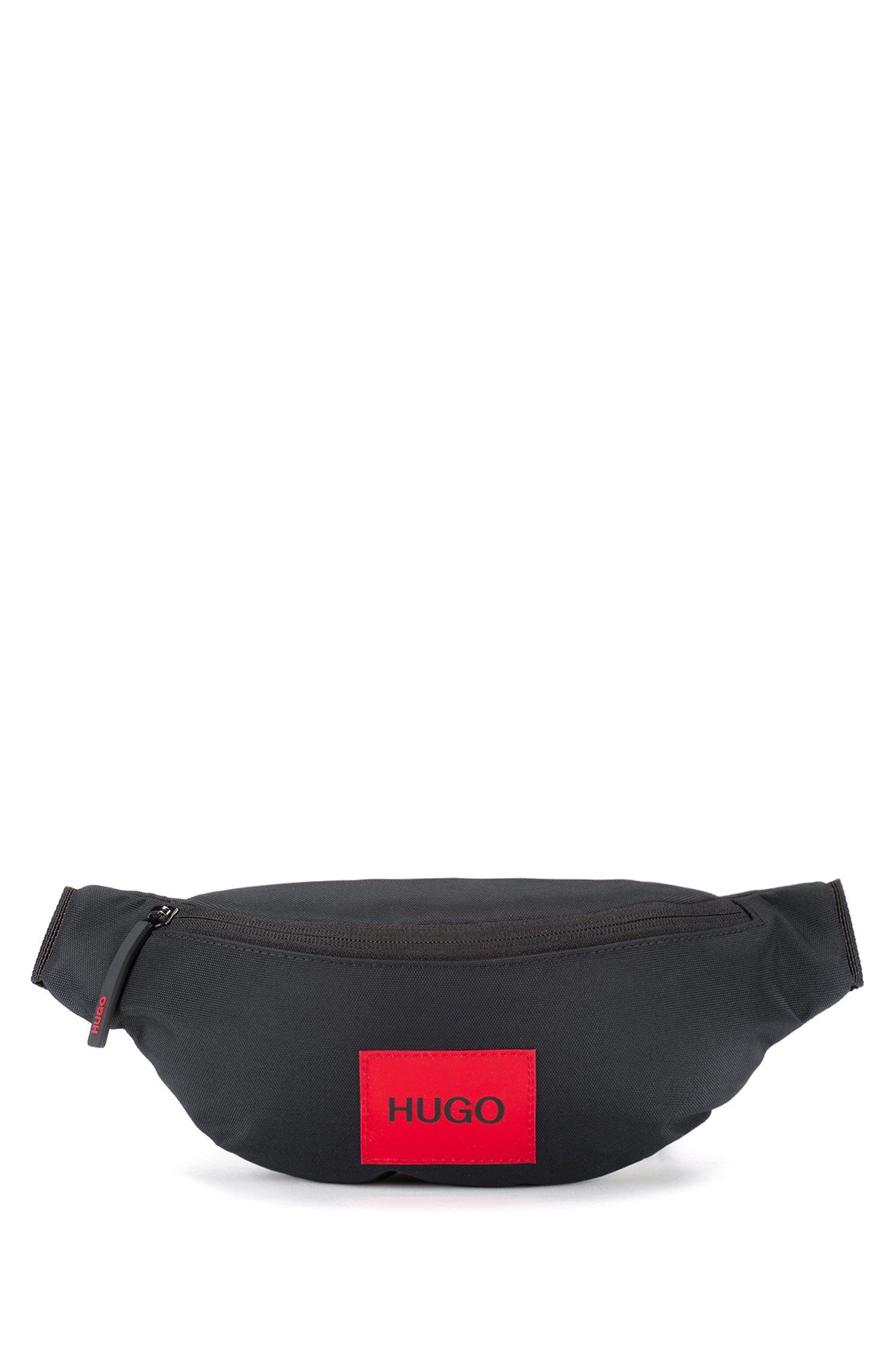 Marsupio in tessuto tecnico riciclato con etichetta con logo rossa, Nero