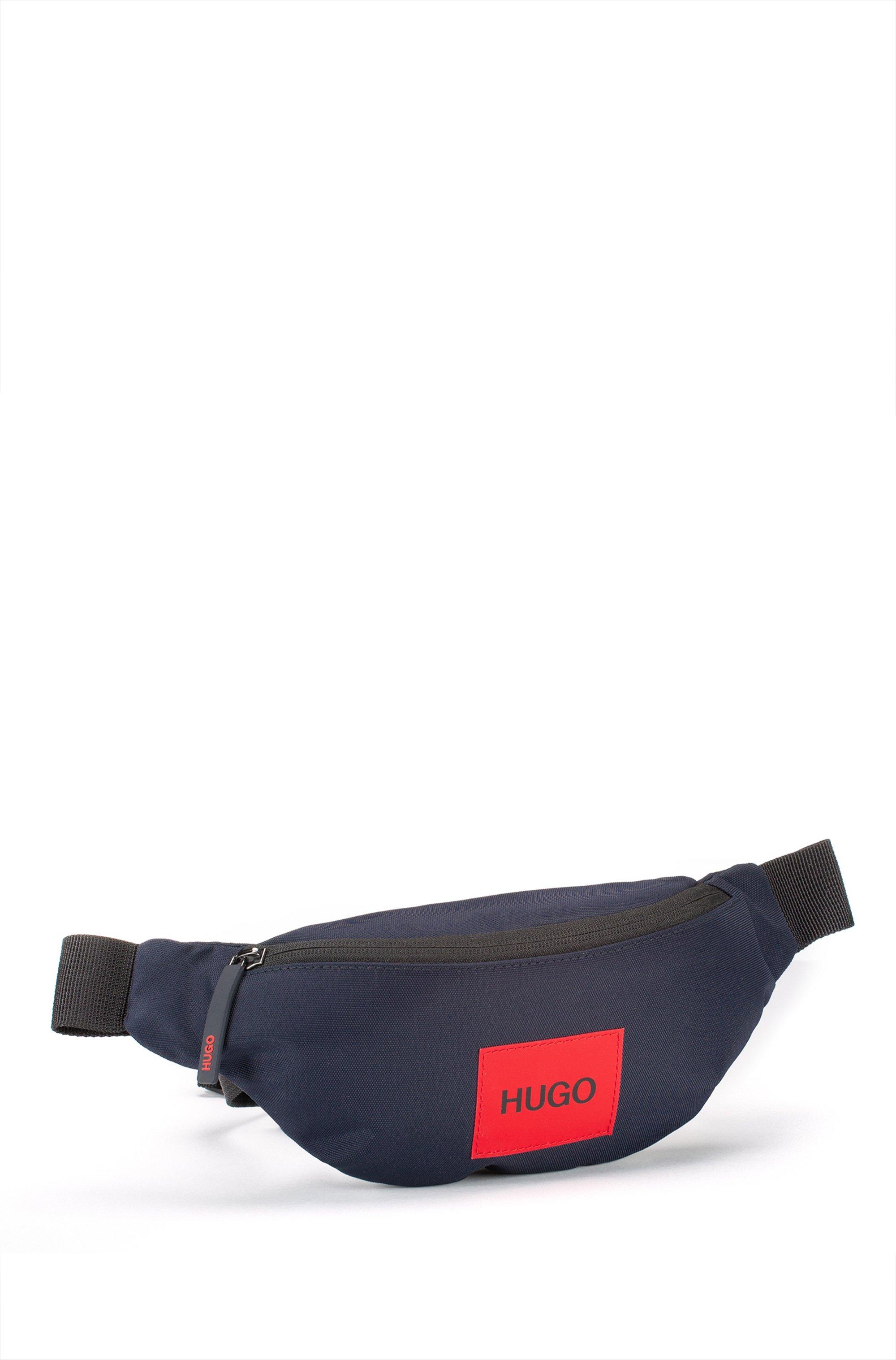 Marsupio in tessuto tecnico riciclato con etichetta con logo rossa