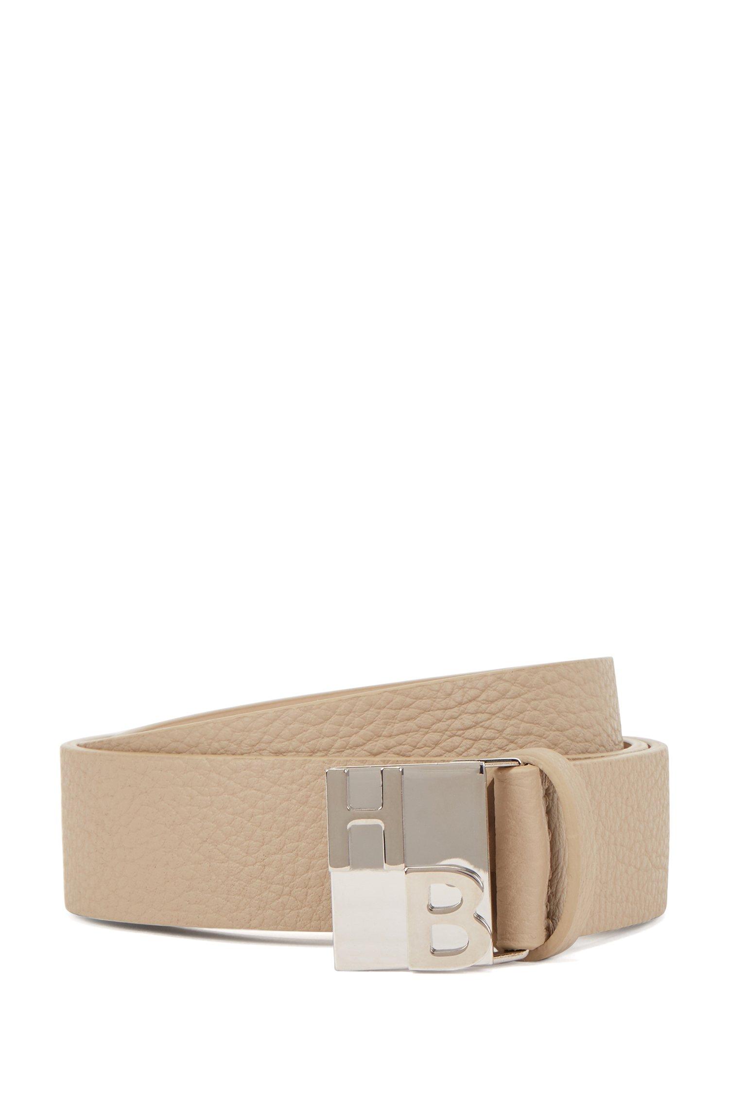 Cinturón de piel italiana con grano intenso y monograma en la hebilla, Beige