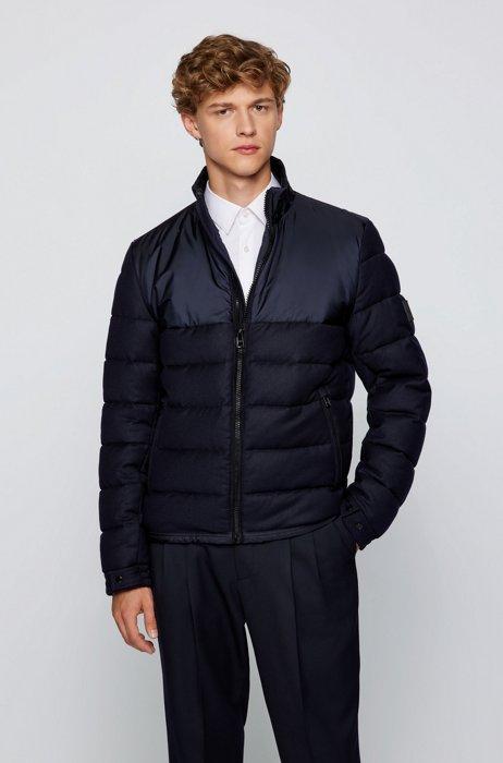 Wattierte Jacke aus verschiedenen Materialien mit Logo-Aufnäher, Dunkelblau
