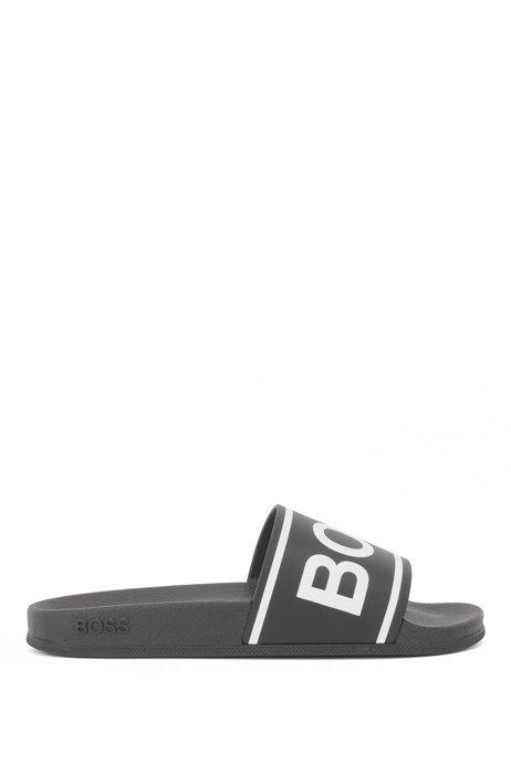 In Italië vervaardigde slippers met strepen en logo, Zwart