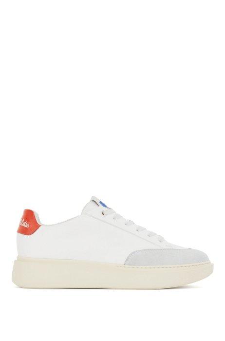 Sneakers aus Kunstleder mit Veloursleder-Details und Logo der Kooperation, Weiß