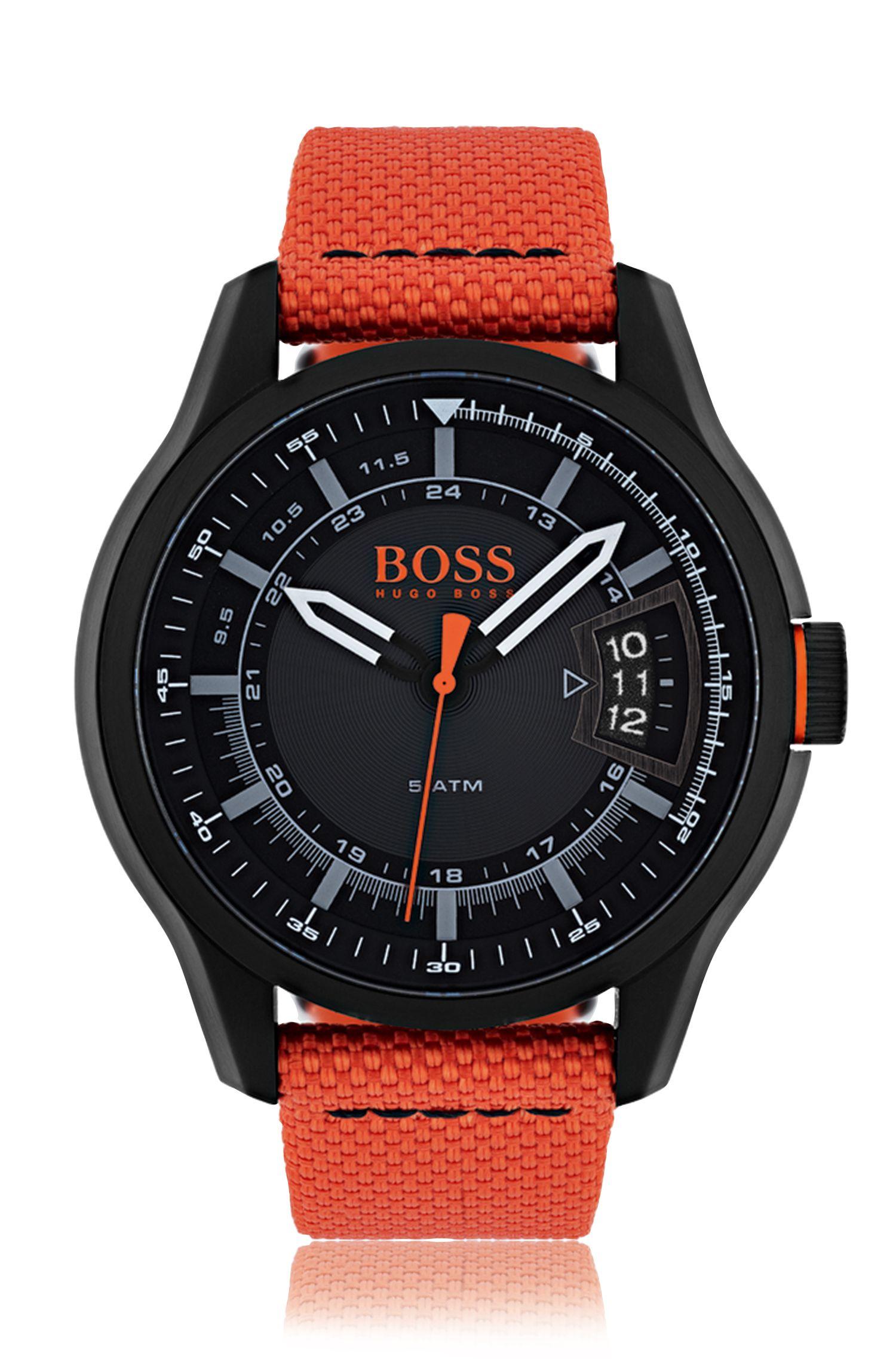 Horloge van gezwart roestvrij staal met drie wijzers en oranje stoffen polsband