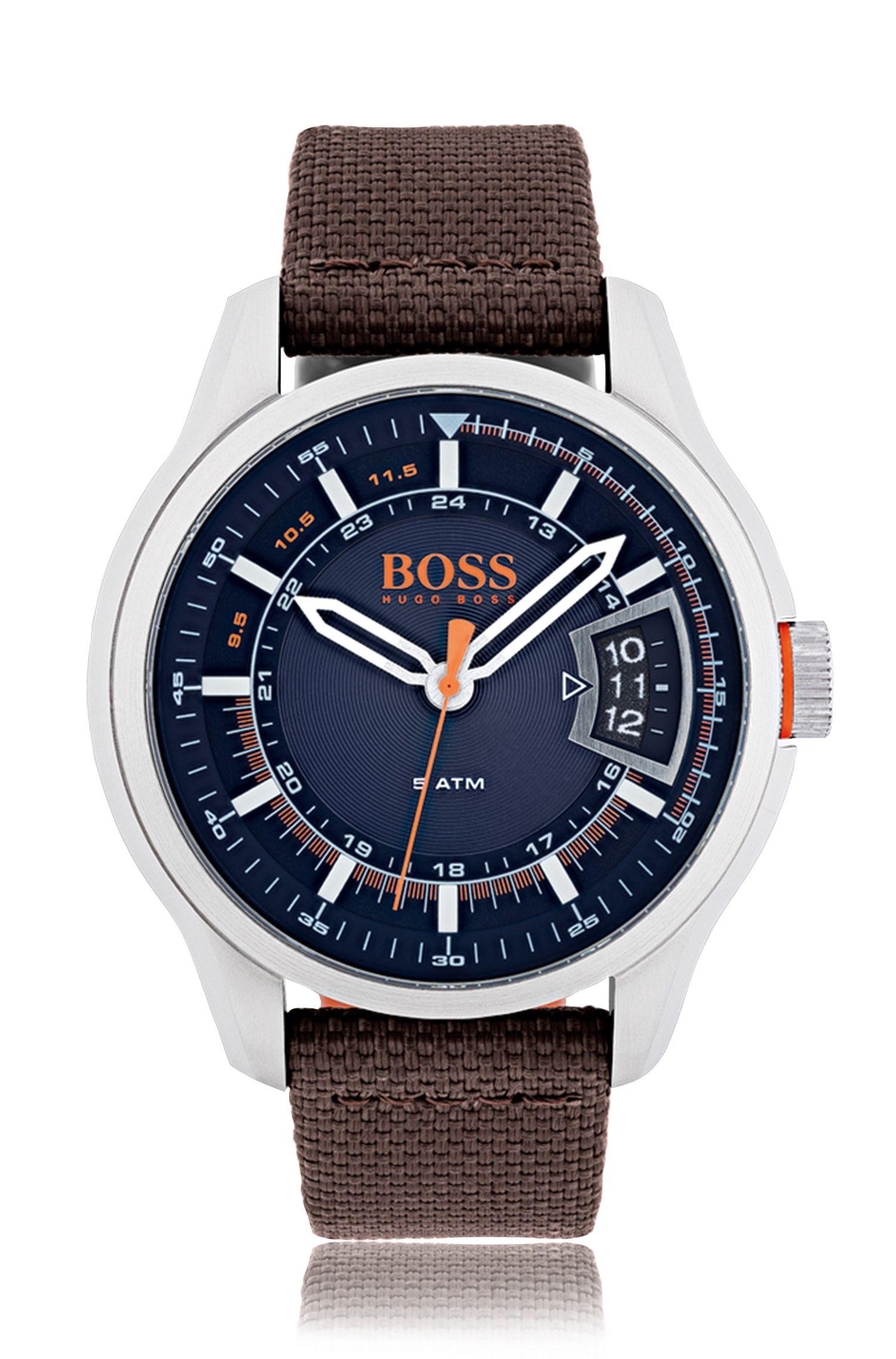 Reloj de acero inoxidable cepillado con esfera azul y pulsera de tela marrón
