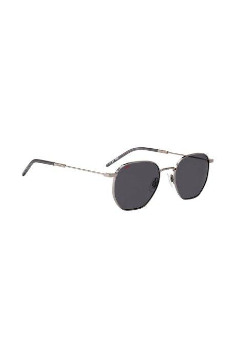 Sonnenbrille aus leichtem Metall mit flexiblen Bügeln und dunklen Gläsern, Schwarz