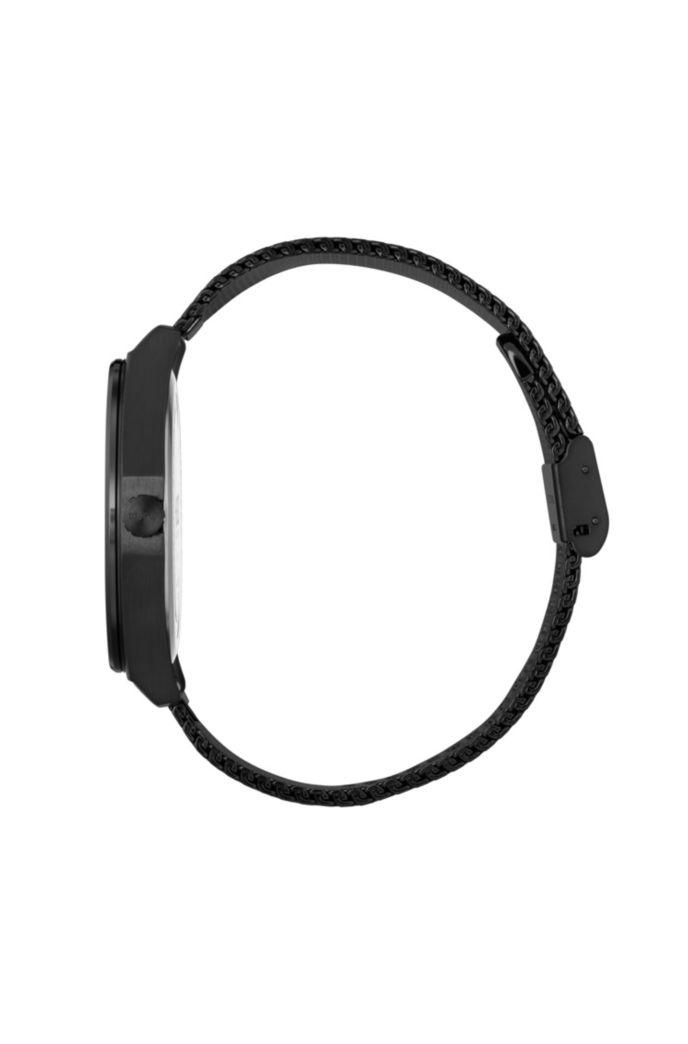 Uhr aus schwarz beschichtetem Edelstahl mit eingravierten Städtenamen und Mesh-Armband
