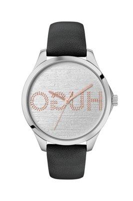 Horloge met leren polsband en wijzerplaat met gespiegeld logo in reliëf, Zwart