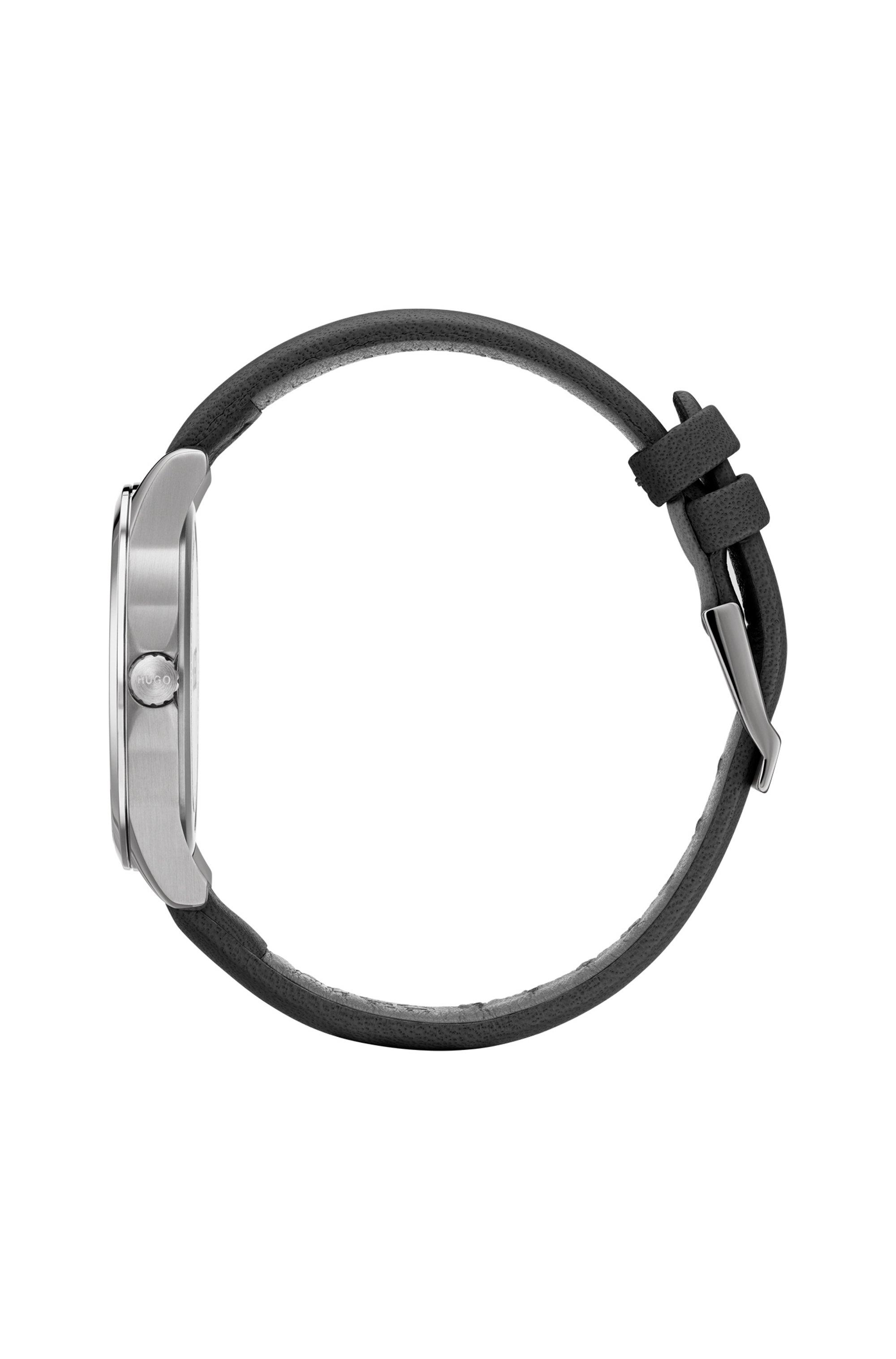 Horloge met leren polsband en wijzerplaat met gespiegeld logo in reliëf