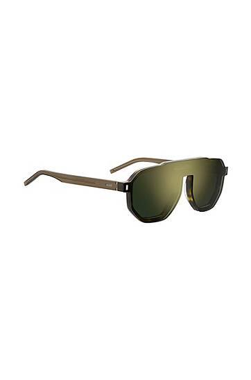 Artikel klicken und genauer betrachten! - Pr?zise gefertigte HUGO Sonnenbrille mit progressivem Design. Die vielseitig kombinierbare Herren-Sonnenbrille ist aus leichtem Acetat mit dunklem Havanna-Muster gefertigt. Ein mitgeliefertes, verspiegeltes Clip-on l?sst sich an den Magnetnieten auf der Vorderseite befestigen. Verpasse deiner Accessoire-Kollektion mit dem progressiven Style ein Upgrade. F?r zahlreiche Kombinationsm?glichkeiten sind weitere Clip-ons verf?gbar.   im Online Shop kaufen