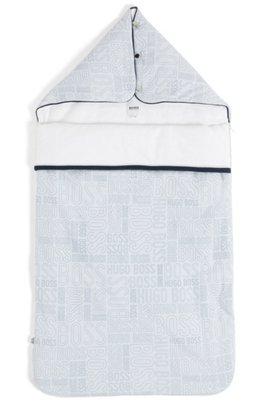 Baby-Fußsack aus wattiertem Baumwoll-Jersey mit Logo-Print, Hellblau
