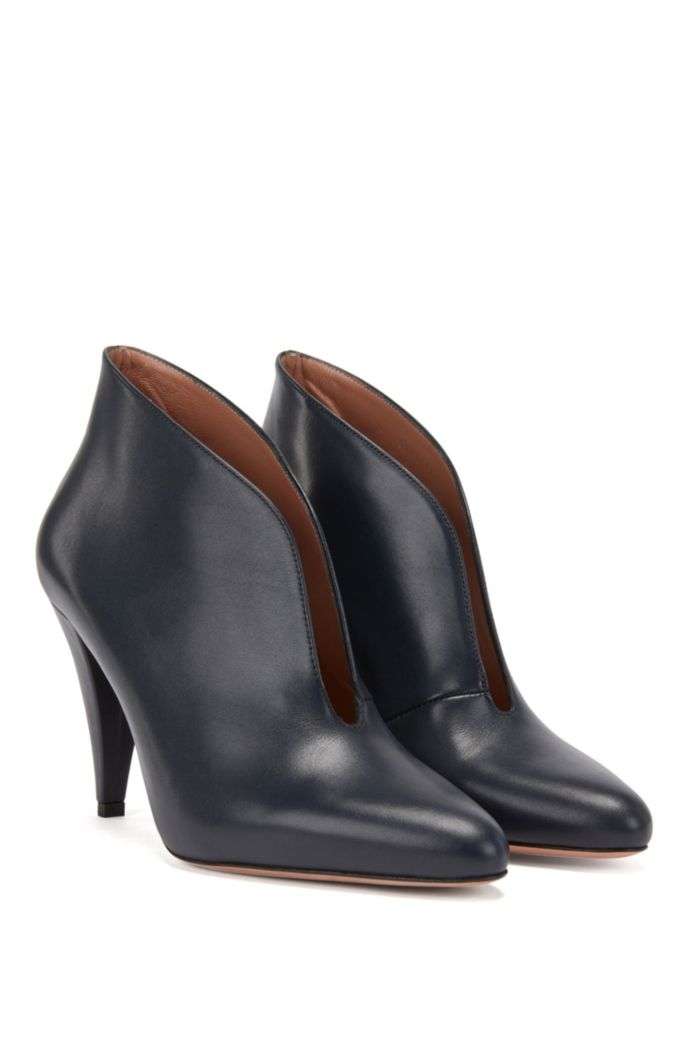 Italian-made boots in calf leather with V-cut collar