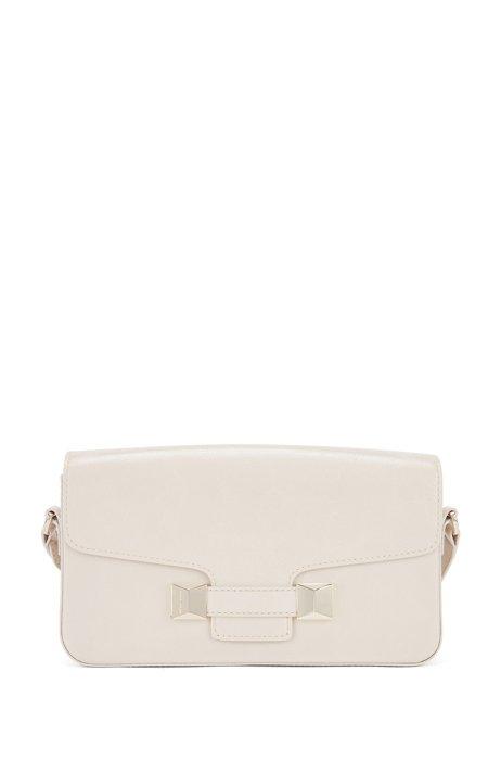 Baguette-style shoulder bag in leather with pyramid hardware, Light Beige