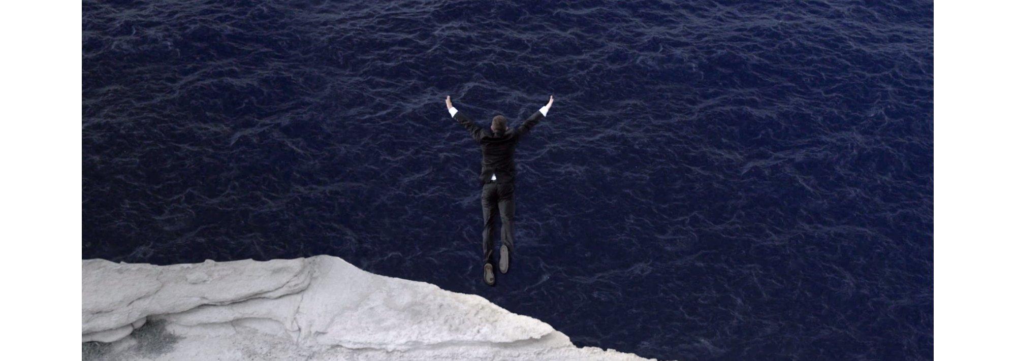 David Colturi bei seinem Sprung von einer Klippe im Superblack Anzug von HUGO